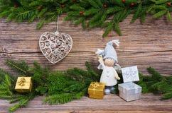 圣诞节杉树,圣诞树玩具,在老木背景的礼物与拷贝空间 抽象空白背景圣诞节黑暗的装饰设计模式红色的星形 免版税图库摄影