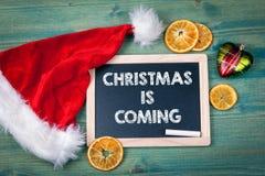 圣诞节来 背景上色节假日红色黄色 装饰品和装饰在一张木桌上 免版税图库摄影