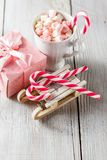 圣诞节杯子用小蛋白软糖和棒棒糖 库存图片
