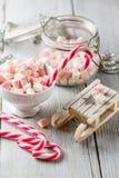 圣诞节杯子用小蛋白软糖和棒棒糖 免版税库存图片