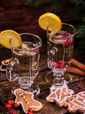 圣诞节杯子装饰柠檬切片和板材曲奇饼 库存图片