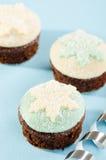 圣诞节杯形蛋糕用雪剥落曲奇饼 免版税库存照片