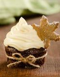圣诞节杯形蛋糕用雪在上面的剥落曲奇饼与圣诞节d 免版税库存照片