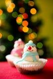 圣诞节杯形蛋糕雪人 免版税库存图片