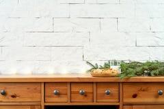 圣诞节板材用在一个老架子的可口曲奇饼在砖墙的背景 免版税库存图片