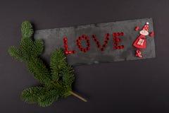 圣诞节构成爱、宝石和绿色分支在石头 平的位置,顶视图 免版税库存照片