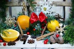 圣诞节构成用在木板的桔子 免版税库存照片