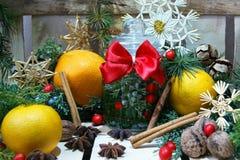 圣诞节构成用桔子、香料和秸杆雪花 免版税库存图片