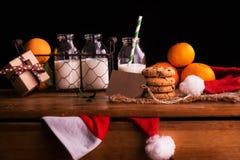 圣诞节构成用牛奶和曲奇饼圣诞老人的 图库摄影