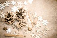 圣诞节构成用蜜桔,杉木锥体,束Cinnamonand雪花-装饰 图库摄影