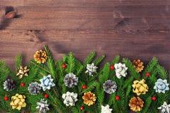 圣诞节构成,一件美丽的装饰品 云杉的分支、金子和银色锥体和弓 复制空间 另外的卡片形式节假日 免版税库存图片