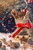 圣诞节构成,与礼物的一个木雪橇 库存图片