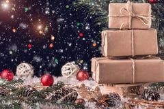 圣诞节构成,与礼物的一个木雪橇 库存照片