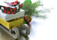 圣诞节构成-与礼物的一个木雪橇 免版税库存照片
