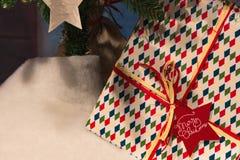 圣诞节构成-礼物或礼物在杉树下 库存图片