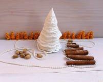 圣诞节构成从纸雪花和肉桂条,珍珠,开心果的圣诞树 库存照片