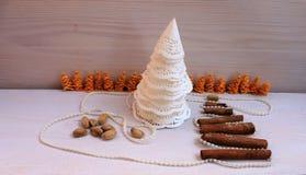 圣诞节构成从纸雪花和肉桂条,珍珠,开心果的圣诞树 免版税图库摄影