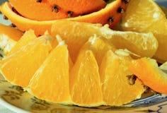圣诞节果子板材丁香香料装饰了橙黄色华丽的果子圣诞节传统背景 图库摄影