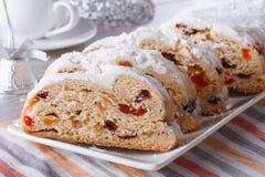 圣诞节果子面包在板材的Stollen特写镜头 水平 免版税库存图片