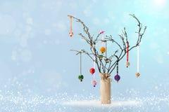 圣诞节枝杈树和中看不中用的物品 斯诺伊蓝色bokeh背景 库存照片