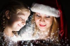 圣诞节某人储存镶边了惊奇脚尖对结构树xmas 库存照片