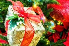 圣诞节柳条箱子、红色丝带和霍莉 免版税图库摄影
