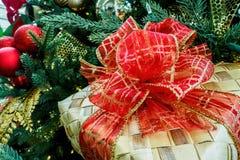 圣诞节柳条箱子和红色丝带 图库摄影