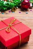 圣诞节标志五颜六色的星和色的响铃与一个木纹理自由空间想法的新年快乐2019年 库存图片