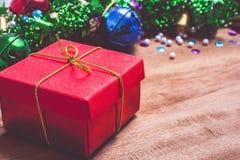 圣诞节标志五颜六色的星和色的响铃与木纹理,自由空间为想法新年快乐2019假日 库存照片