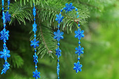 圣诞节树特写镜头与明亮的蓝色闪烁雪花12月的 库存照片