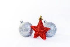 圣诞节树球和一个星在背景 免版税库存照片