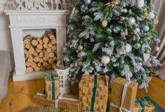 圣诞节样式的室与一棵装饰的圣诞树和fi 库存图片
