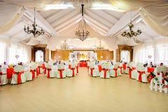 圣诞节样式的装饰的婚姻的餐馆 免版税图库摄影
