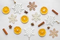 圣诞节框架构成用干桔子、肉桂条、茴香星和木雪花 免版税图库摄影
