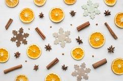 圣诞节框架构成用干桔子、肉桂条、茴香星和木雪花 免版税库存图片