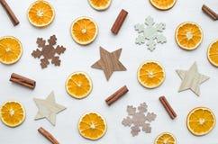 圣诞节框架构成用干桔子、肉桂条和木雪花和星 库存图片