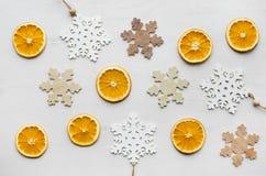 圣诞节框架构成用干桔子和木雪花 免版税库存图片
