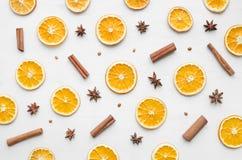圣诞节框架构成用干燥桔子、肉桂条和茴香星 免版税库存照片