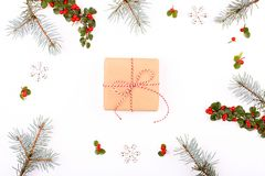 圣诞节框架构成 圣诞节礼物、杉木分支、红色球、信封、白色木雪花、丝带和红色莓果 名列前茅v 免版税图库摄影