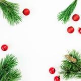 圣诞节框架由常青树枝和球装饰制成在白色背景 平的位置,顶视图 库存图片