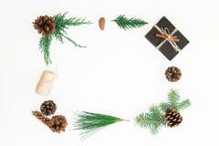 圣诞节框架由树礼物盒、分支和杉木锥体做成在白色背景 构成新年度 平的位置 顶视图 免版税库存图片
