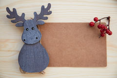 圣诞节框架:锥体,桂香,莓果,在木桌上的橡子 库存图片