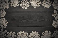 圣诞节框架-与雪花的木背景 免版税库存图片