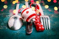 圣诞节桌与利器、假日装饰和bokeh,正面图的餐位餐具 免版税库存照片