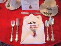 圣诞节桌与华丽假日装饰的餐位餐具 库存照片