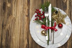 圣诞节桌与圣诞节杉木分支、丝带和星的餐位餐具 圣诞节假日背景 免版税图库摄影