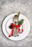 圣诞节桌与圣诞节杉木的餐位餐具分支和p 免版税库存图片