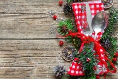 圣诞节桌与圣诞节杉木的餐位餐具分支,丝带、干桔子和锥体 免版税库存照片
