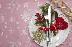 圣诞节桌与圣诞节杉木的餐位餐具分支,丝带和弓 圣诞节假日背景 免版税库存照片