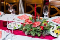 圣诞节桌与圣诞节杉木的餐位餐具分支,丝带和弓 Xmas和新年假日背景 免版税库存图片